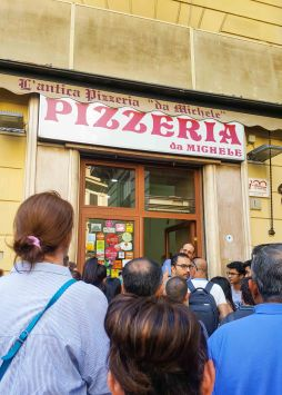 L'Antica Pizzeria da Michele, the long wait outside...